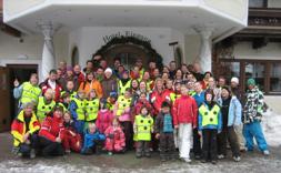 Groepsfoto voor de ingang van hotel Tauernblick Bramberg