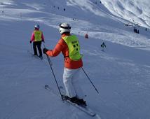 Alpine skiën - deelnemer volgt begeleider