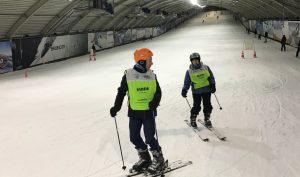Begeleider voorop, deelnemer volgt in SnowWorld Zoetermeer