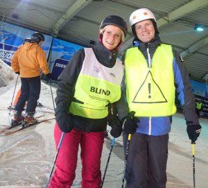 Susan en Denis poseren bovenaan piste 3
