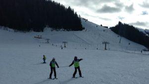 Skiën 'aan de stok' op een vlak stuk piste