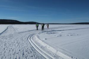 Langlaufen op een bevroren meer in Finland