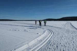 Langlaufen op een bevroren meer, Finland
