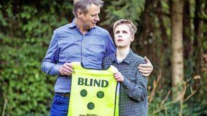 Vader en zoon met hesje 'BLIND'