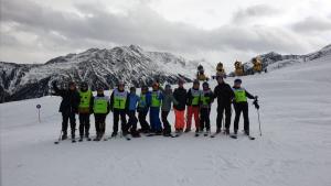 Jongerenreis - groepsfoto skiërs en snowboarders